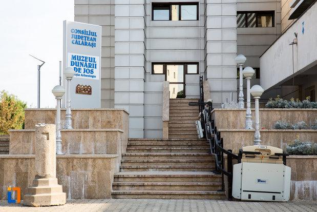 intrarea-in-muzeul-dunarii-de-jos-sectia-de-arheologie-din-calarasi-judetul-calarasi.jpg