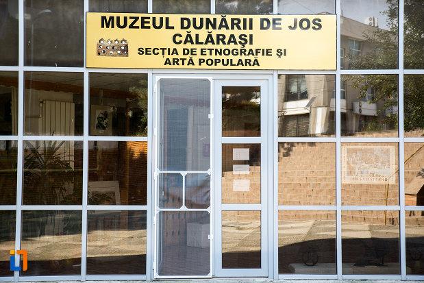 intrarea-in-muzeul-dunarii-de-jos-sectia-de-etnografie-si-arta-populara-din-calarasi-judetul-calarasi.jpg