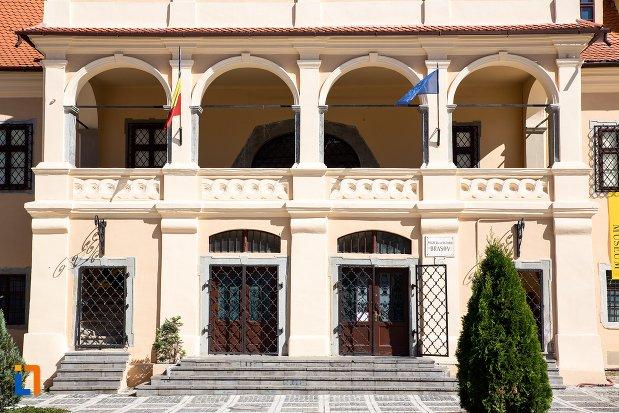 intrarea-in-muzeul-judetean-de-istoria-din-brasov-judetul-brasov.jpg