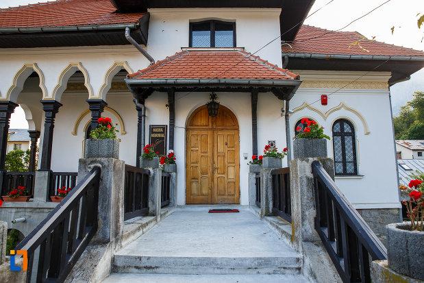 intrarea-in-muzeul-memorial-cezar-petrescu-din-busteni-judetul-prahova.jpg