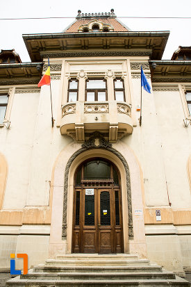 intrarea-in-muzeul-municipal-din-campulung-muscel-judetul-arges.jpg
