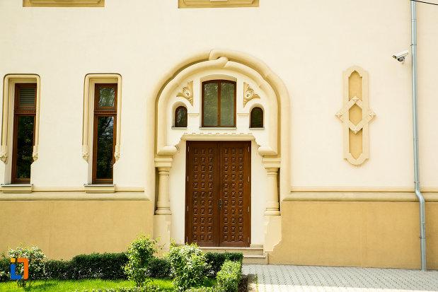 intrarea-in-muzeul-regional-al-olteniei-din-craiova-judetul-dolj.jpg