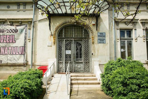 intrarea-in-muzeul-romanatiului-din-caracal-judetul-olt.jpg