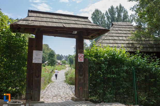 intrarea-in-muzeul-satului-bucovinean-din-suceava-judetul-suceava.jpg