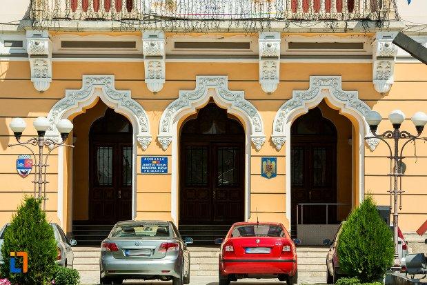 intrarea-in-palatul-comunal-din-buzau-judetul-buzau.jpg