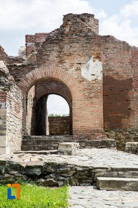 intrarea-in-palatul-domnesc-ruine-palatul-petru-cercel-din-targoviste-judetul-dambovita.jpg