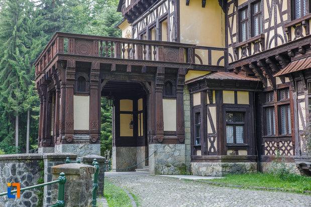 intrarea-in-palatul-pelisor-judetul-prahova.jpg