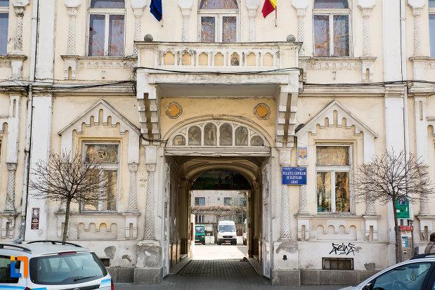 intrarea-in-palatul-tineretului-din-arad-judetul-arad.jpg