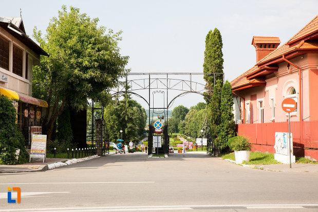 intrarea-in-parcul-chindia-din-targoviste-judetul-dambovita.jpg