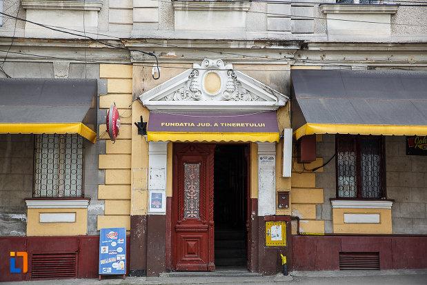 intrarea-in-parva-curia-fundatia-judeteana-a-tineretului-din-deva-judetul-hunedoara.jpg