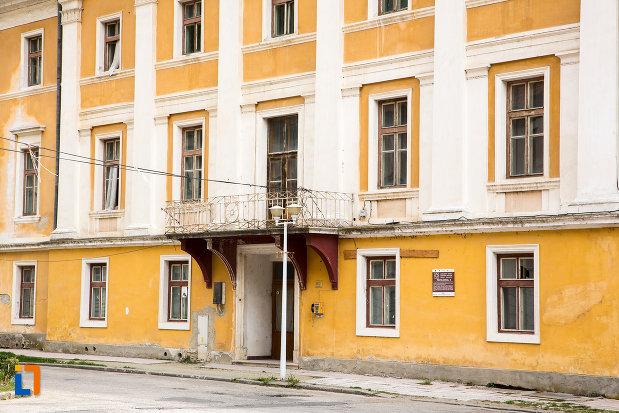 intrarea-in-pavilionul-4-din-baile-herculane-judetul-caras-severin.jpg