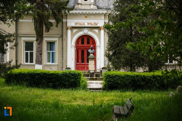intrarea-in-pavilionul-central-al-spitalului-din-ramnicu-valcea-judetul-valcea.jpg