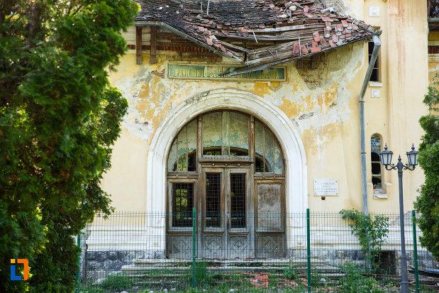 intrarea-in-pavilionul-central-din-baile-govora-judetul-valcea.jpg