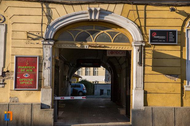 intrarea-in-prima-scoala-romaneasca-din-cluj-napoca-judetul-cluj.jpg