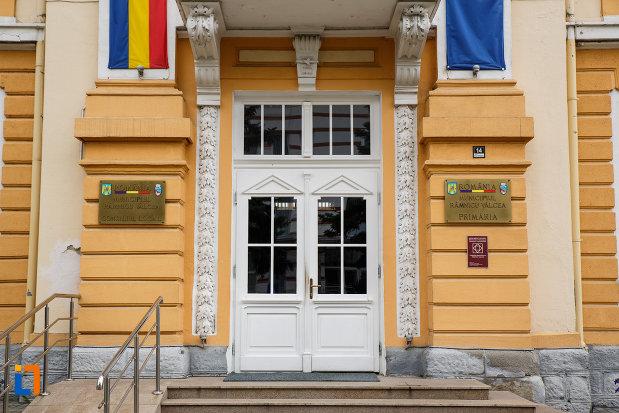 intrarea-in-primaria-din-ramnicu-valcea-consiliul-local-judetul-valcea.jpg