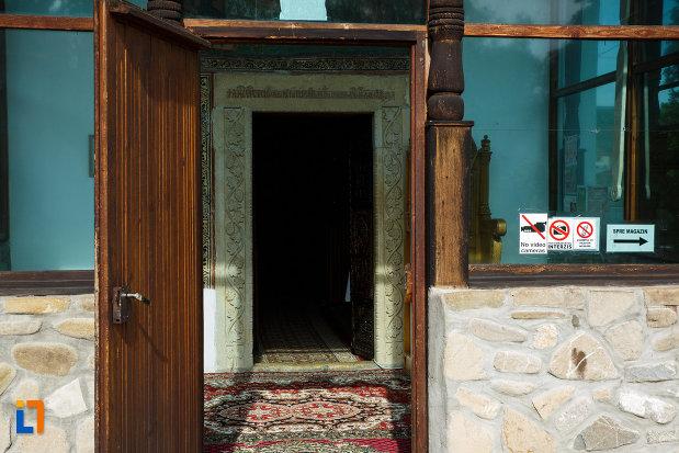 intrarea-in-schitul-ostrov-calimanesti-judetul-valcea.jpg