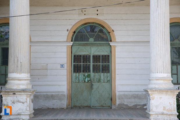 intrarea-in-scoala-din-macin-judetul-tulcea.jpg