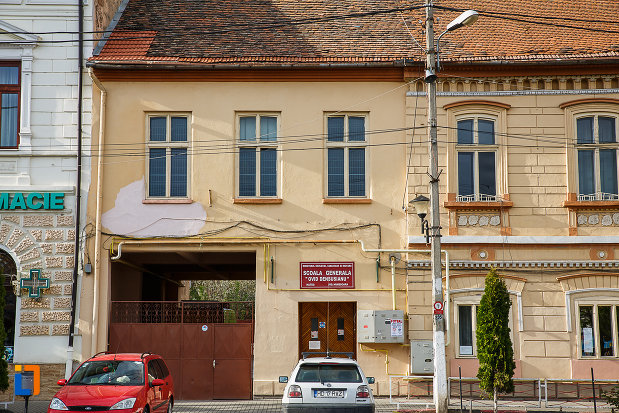 intrarea-in-scoala-generala-ovid-densusianu-din-hateg-judetul-hunedoara.jpg