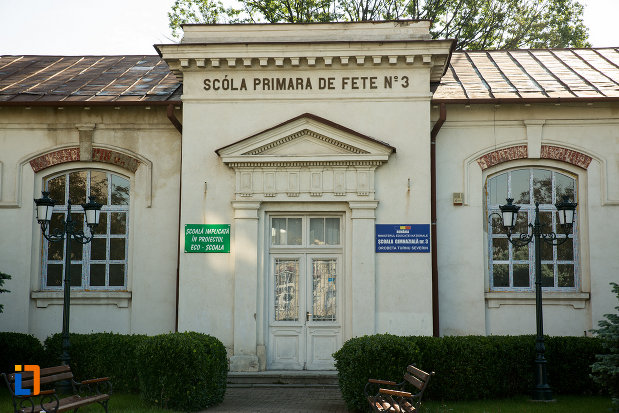 intrarea-in-scoala-primara-de-fete-din-drobeta-turnu-severin-judetul-mehedinti.jpg