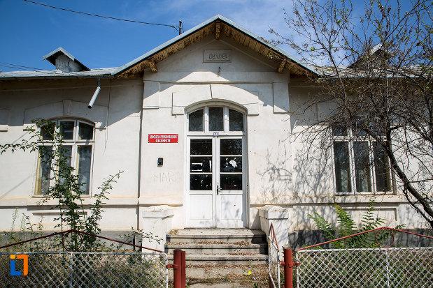 intrarea-in-scoala-veche-din-cazanesti-judetul-ialomita.jpg