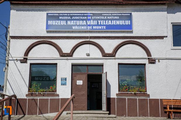intrarea-in-sediul-fostei-universitati-populare-nicolae-iorga-azi-muzeul-natural-vaii-teleajenului-din-valenii-de-munte-judetul-prahova.jpg