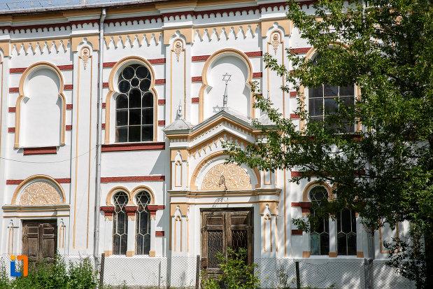intrarea-in-sinagoga-din-vatra-dornei-judetul-suceava.jpg