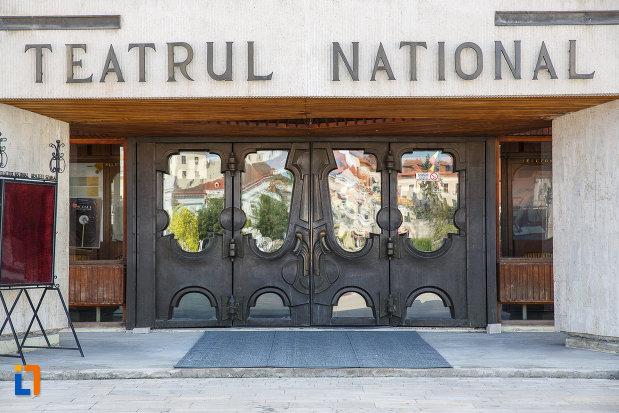 intrarea-in-teatrul-national-din-targu-mures-judetul-mures.jpg
