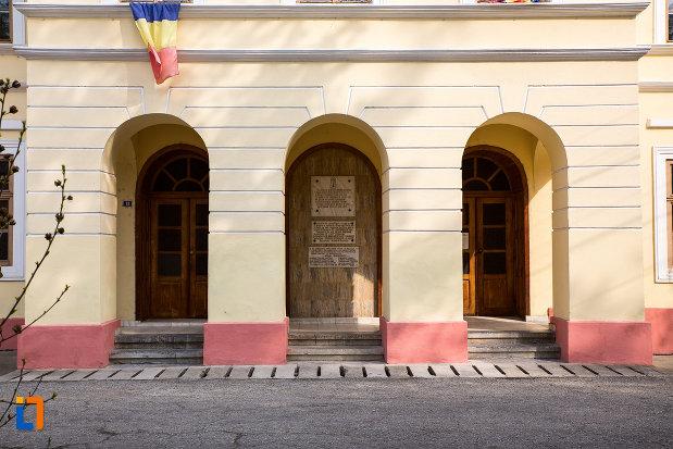 intrarea-in-teatrul-vechi-mihai-eminescu-din-oravita-judetul-caras-severin.jpg