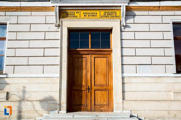 intrarea-in-universitatea-1-decembrie-1918-din-alba-iulia-judetul-alba.jpg