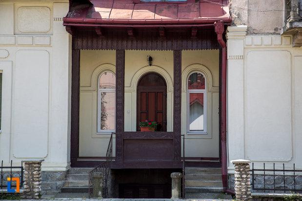 intrarea-in-vila-coca-din-campulung-moldovenesc-judetul-suceava.jpg