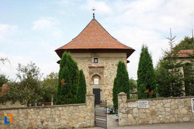 intrarea-la-biserica-sf-treime-1352-din-siret-judetul-suceava.jpg