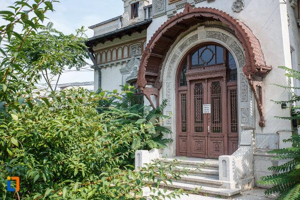 intrarea-principala-in-casa-radu-stanian-ulterior-casa-n-constantinescu-bordeni-1850-din-ploiesti-judetul-prahova.jpg