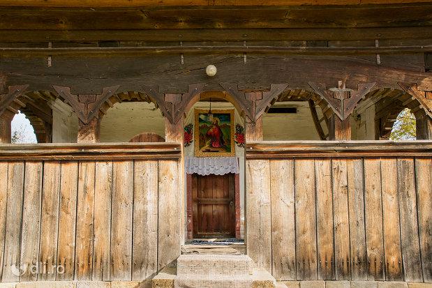 intrarea-spre-biserica-de-lemn-din-plopis-judetul-maramures.jpg