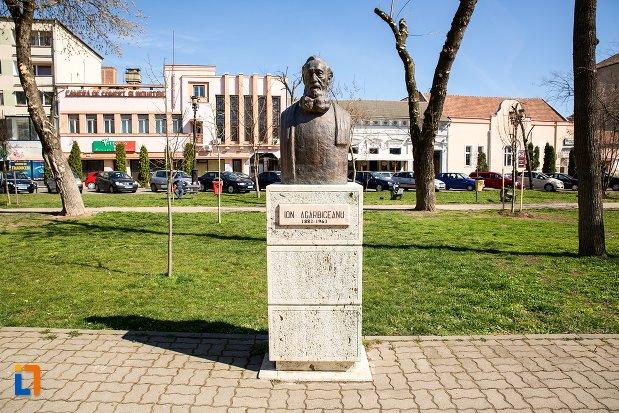 ion-agarbiceanu-grupul-statuar-din-fata-casei-de-cultura-a-studentilor-din-alba-iulia-judetul-alba.jpg