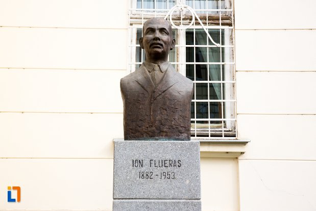 ion-flueras-grupul-statuar-din-fata-salii-unirii-din-alba-iulia-judetul-alba.jpg