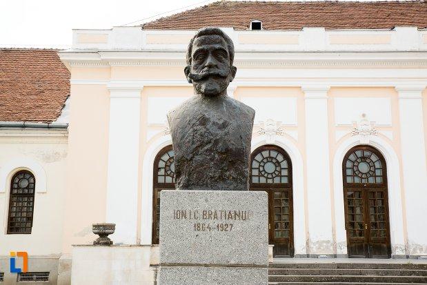 ion-i-c-bratianu-grupul-statuar-din-fata-salii-unirii-din-alba-iulia-judetul-alba.jpg