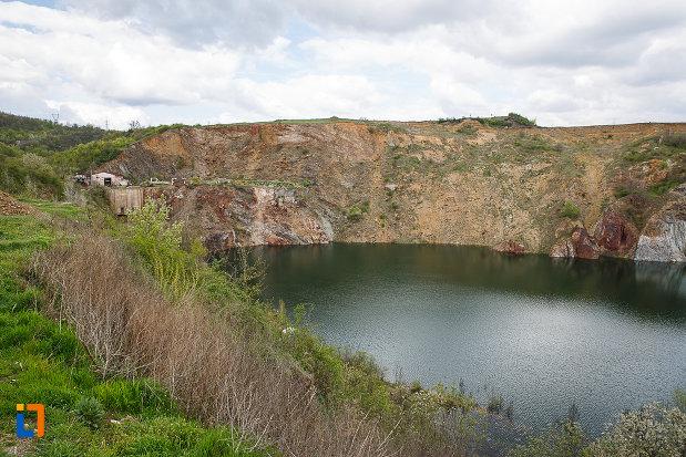lacul-cincis-cerna-lacul-teliuc-din-hunedoara-judetul-hunedoara-imagine-cu-malul-stancos.jpg