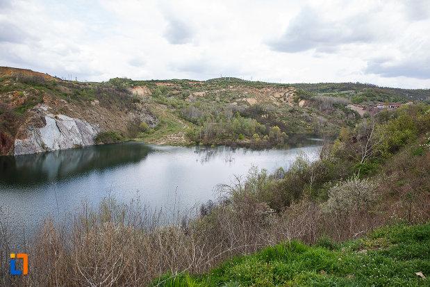 lacul-cincis-cerna-lacul-teliuc-din-hunedoara-judetul-hunedoara-langa-mina-teliuc.jpg