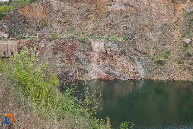 lacul-cincis-cerna-lacul-teliuc-din-hunedoara-judetul-hunedoara-malul-cu-intrarea-in-cariera.jpg
