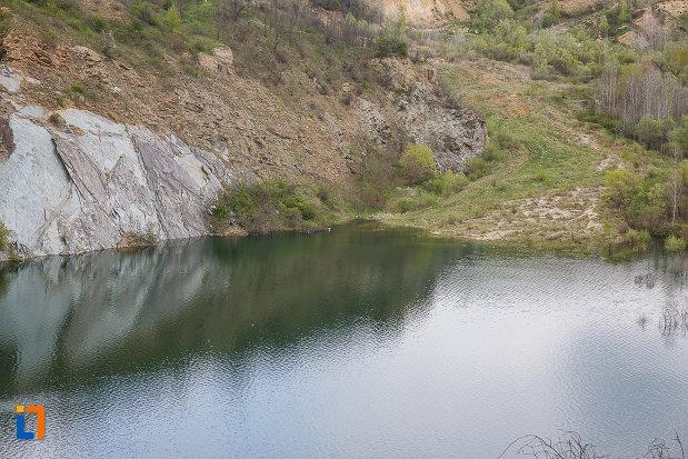 lacul-cincis-cerna-lacul-teliuc-din-hunedoara-judetul-hunedoara-o-panta-mai-lina-pentru-acces.jpg