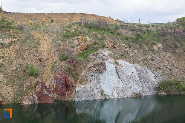 lacul-cincis-cerna-lacul-teliuc-din-hunedoara-judetul-hunedoara-roca-dezvelita-aflata-pe-mal.jpg