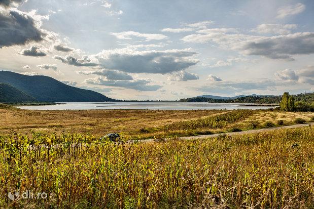 lacul-din-calinesti-oas-judetul-satu-mare-cu-munti-pe-fundal.jpg
