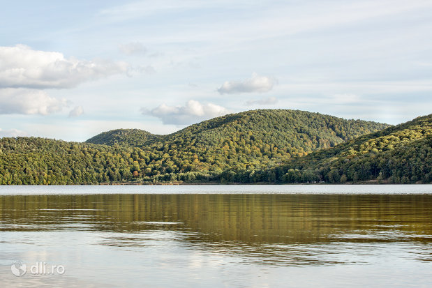 lacul-din-calinesti-oas-judetul-satu-mare-dealurile-din-imprejurimi.jpg