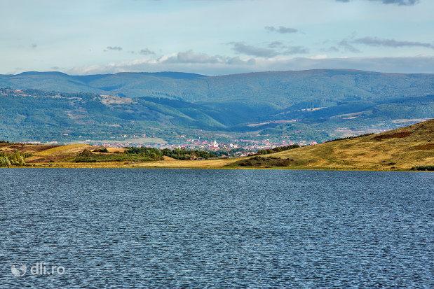 lacul-din-calinesti-oas-judetul-satu-mare-valuri.jpg