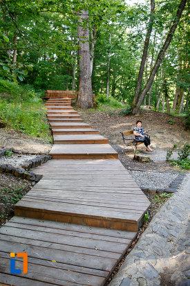 lacul-ursu-din-sovata-judetul-mures-trotuar-pentru-vizitat-imprejurimile.jpg