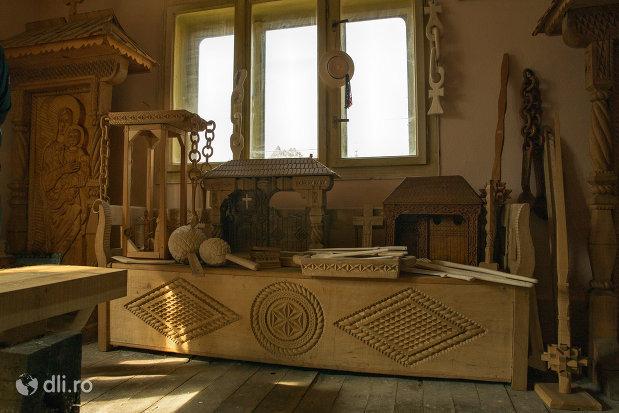 lada-din-lemn-de-la-muzeul-barsanart-din-barsana-judetul-maramures.jpg