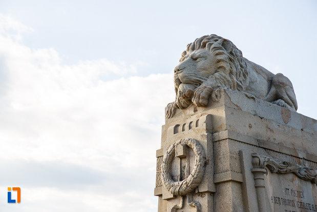 leu-culcat-pe-monumentul-eroilor-revolutiei-de-la-1848-1849-din-sebes-judetul-alba.jpg