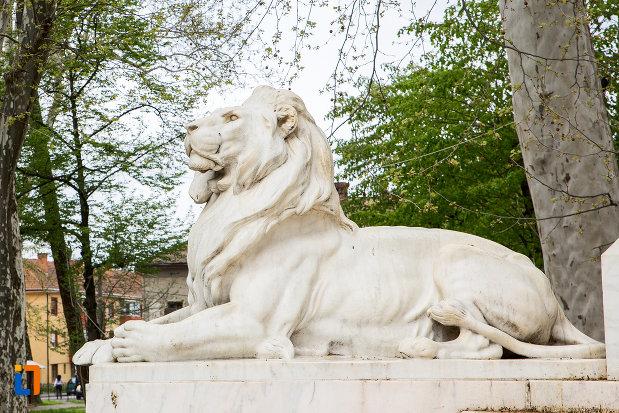 leu-langa-statuia-generalului-ion-dragalina-din-caransebes-judetul-cara-severin.jpg