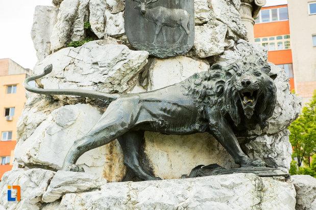 leu-langa-statuia-lui-tudor-vladimirescu-1898-din-targu-jiu-judetul-gorj.jpg