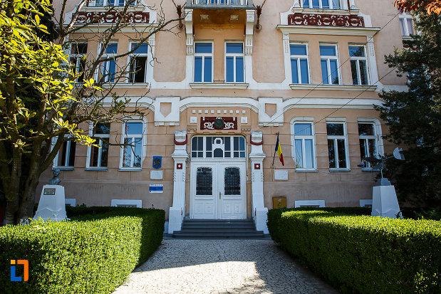 liceul-kun-azi-colegiul-national-aurel-vlaicu-din-orastie-judetul-hunedoara-alee-spre-intrare.jpg